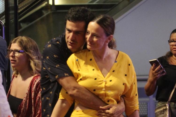 Mateus Solano é flagrado em momento raro e romântico ao lado da esposa, Paula Braun