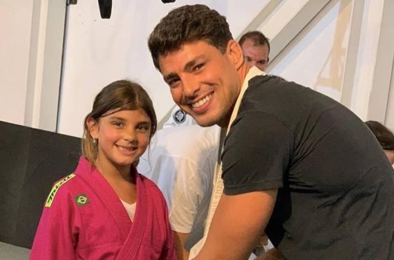 """Cauã Reymond compartilha bilhete da filha e fãs se derretem: """"o coração não aguenta"""""""