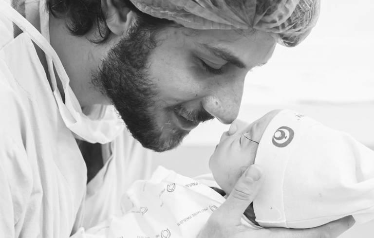 Chay Suede compartilha fotos com a filha e encanta seguidores