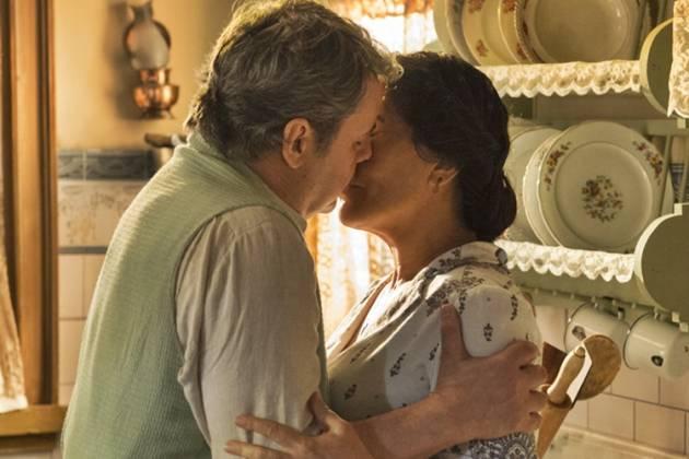 Éramos Seis - Afonso e Lola se beijam (Globo/Estevam Avellar)