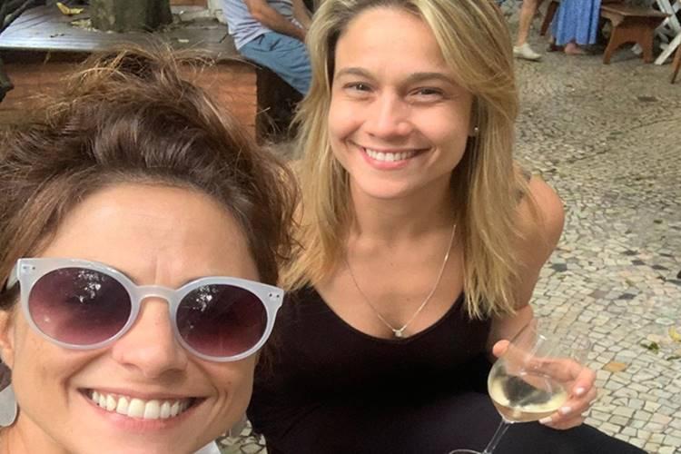 Fernanda Gentil surge apaixonada ao lado da esposa