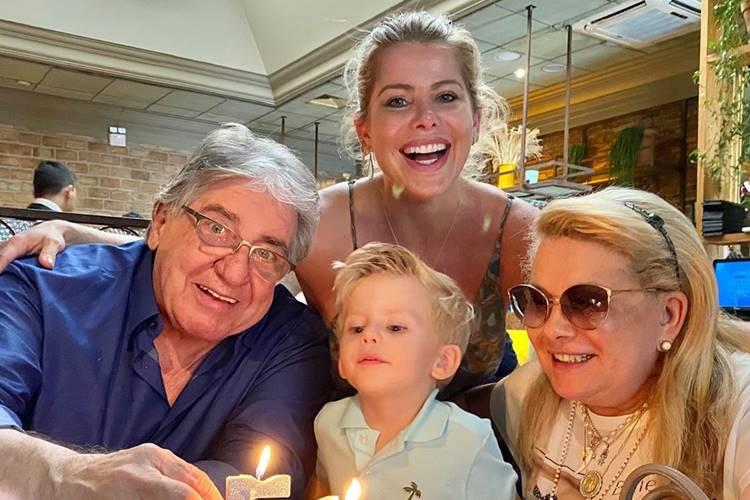 Karina Bacchi comemora os 50 anos de casamento dos pais
