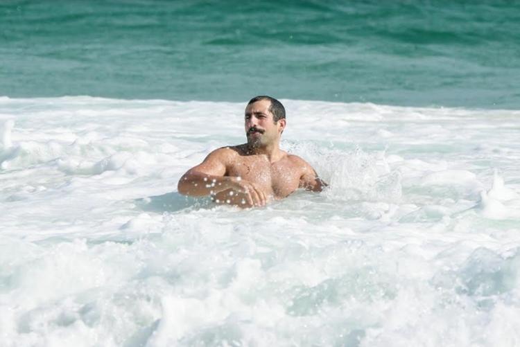 Em dia de praia Kaysar Dadour exibe boa forma
