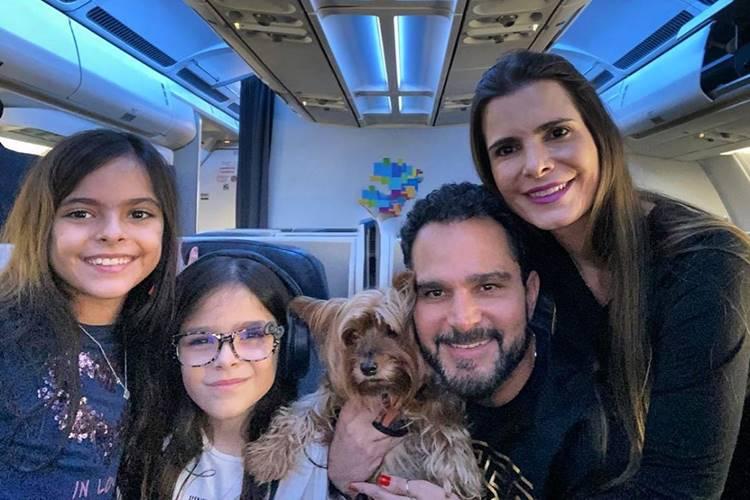 De férias, Luciano Camargo se declara para a mulher e filhas