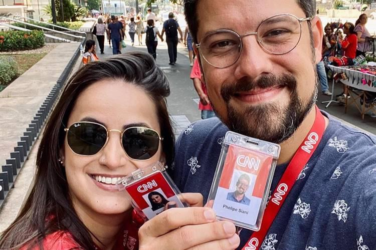 Mari Palma e Phelipe Siani exibem com orgulho crachá da CNN Brasil