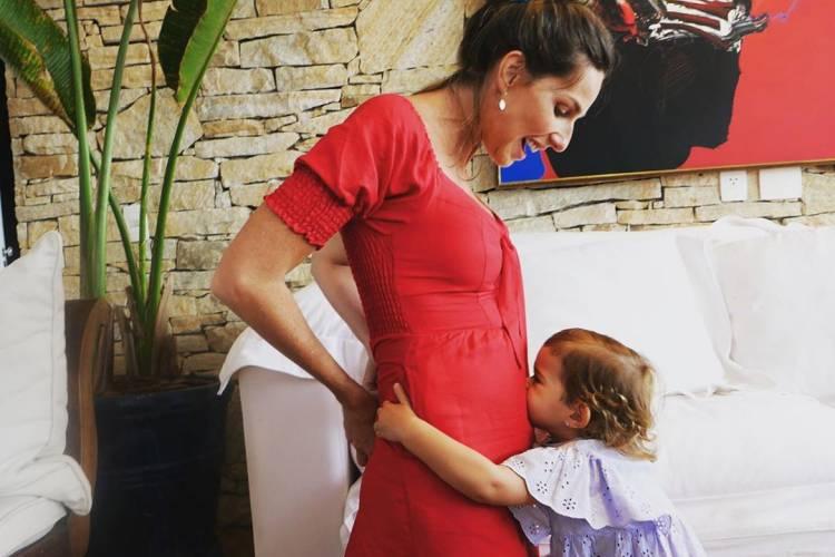 Mariana Weickert posa ao lado da filha e anuncia segunda gravidez