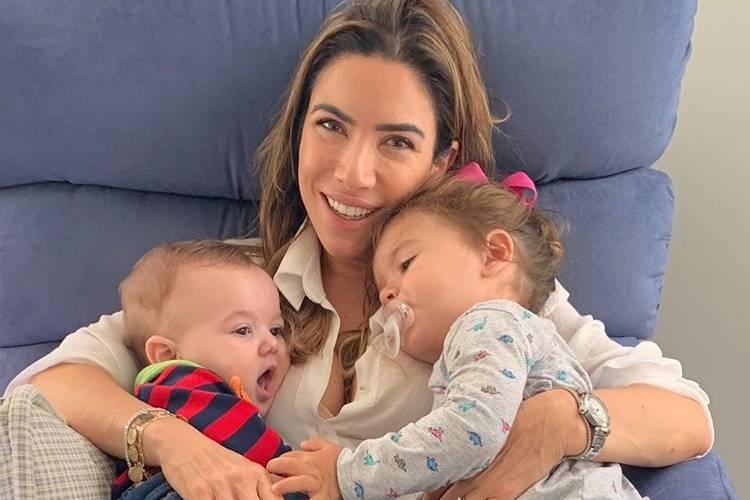 """Patricia Abravanel posa com os filhos e brinca: """"Puxando meu bloquinho"""""""