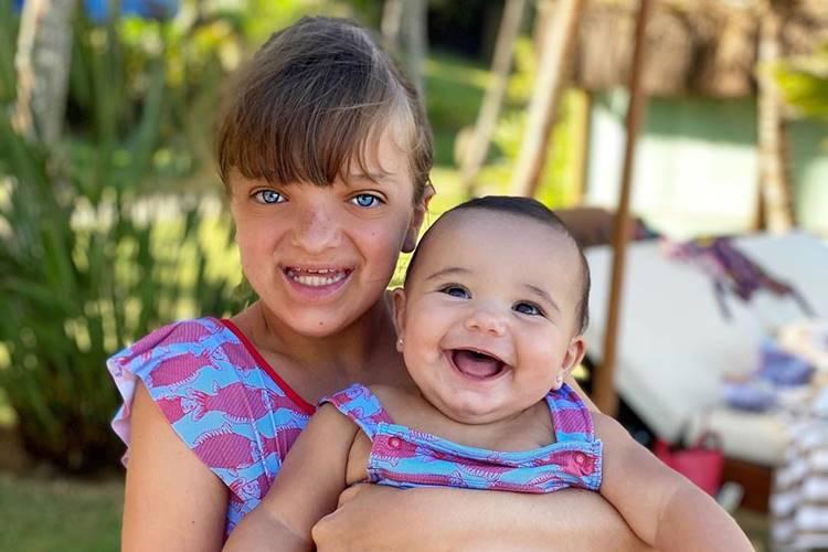Ticiane Pinheiro encanta com novo registro das filhas, Rafa e Manuella