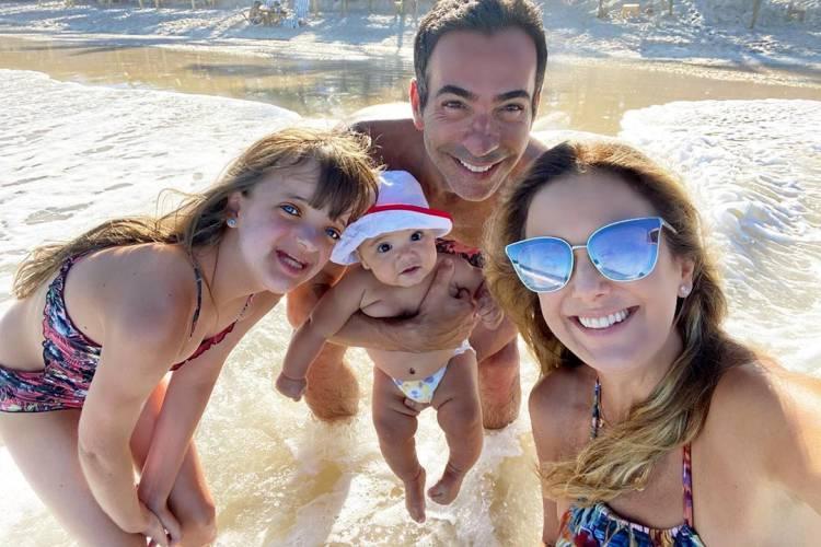 Ticiane Pinheiro posa em família e celebra primeira vez da filha caçula na praia