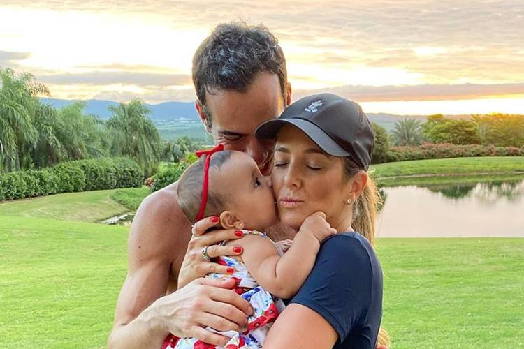 """""""Sanduíche de amor"""", dispara Ticiane Pinheiro ao posar com a família"""