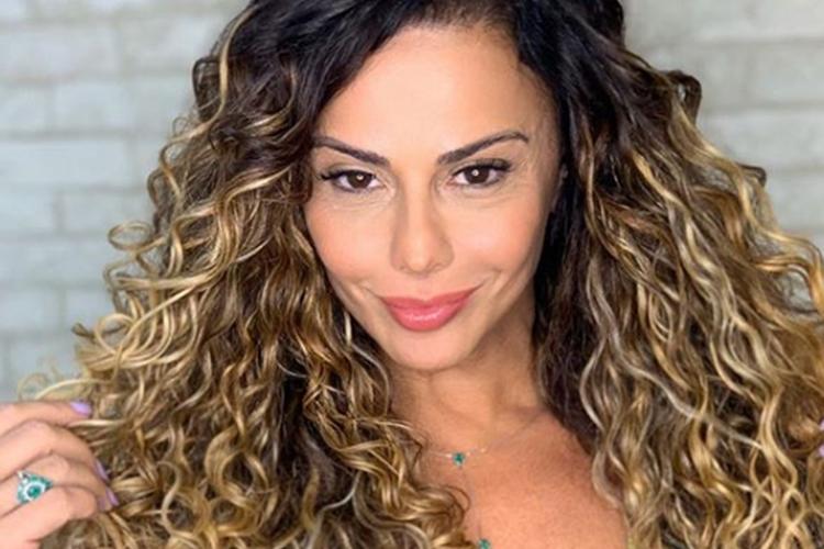 VIviane Araújo coloca quarentena de lado e vai buscar objeto inusitado