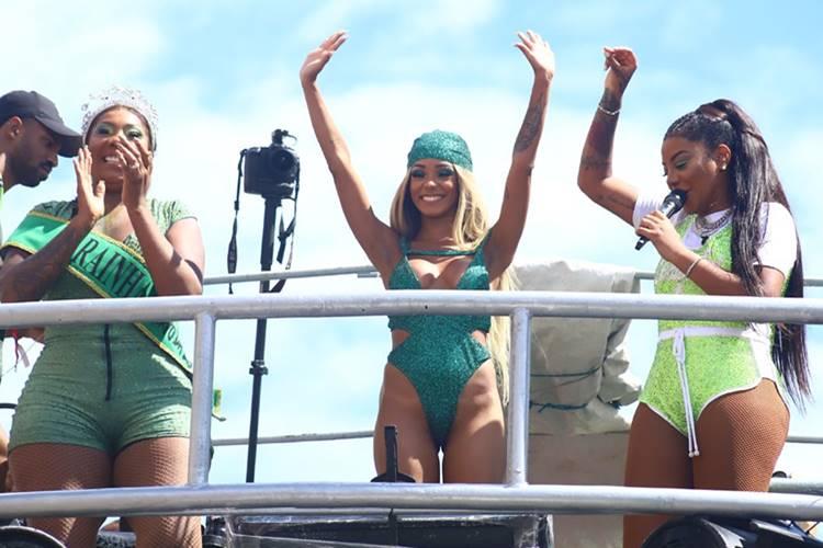 Ludmilla comanda bloco no Rio de Janeiro ao lado da mãe e da esposa