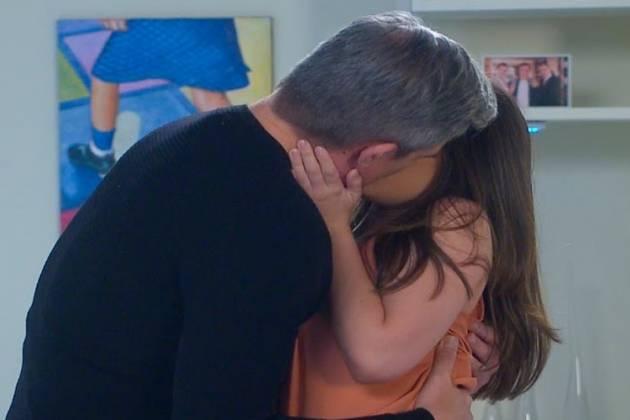 As Aventuras de Poliana - Pendleton beija Luisa (Divulgação / SBT)