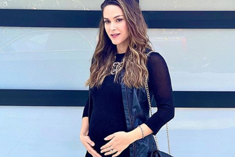 Fernanda Machado exibe barrigão de 7 meses e fala sobre exame que fez em casa