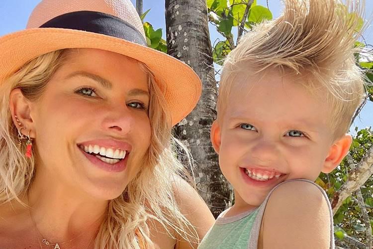 """Karina Bacchi posa ao lado do filho e se declara: """"Meu pacotinho de felicidade"""""""