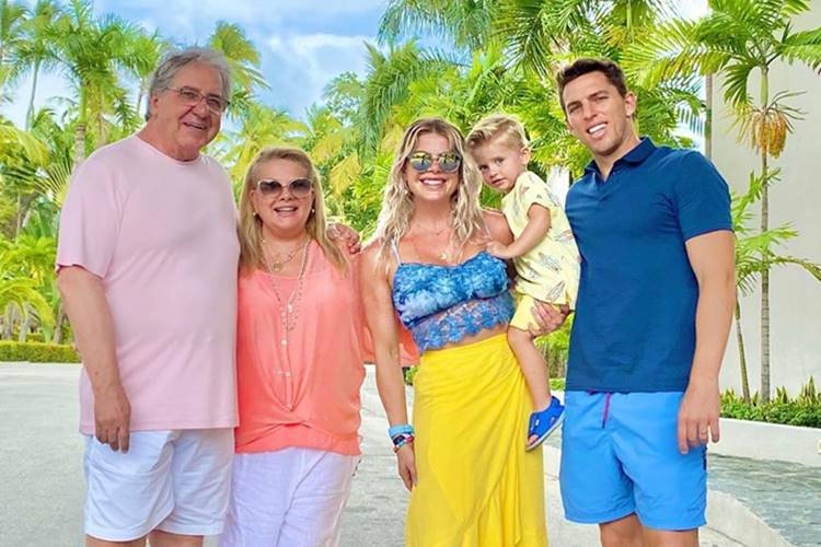 Karina Bacchi se diverte em viagem com a família