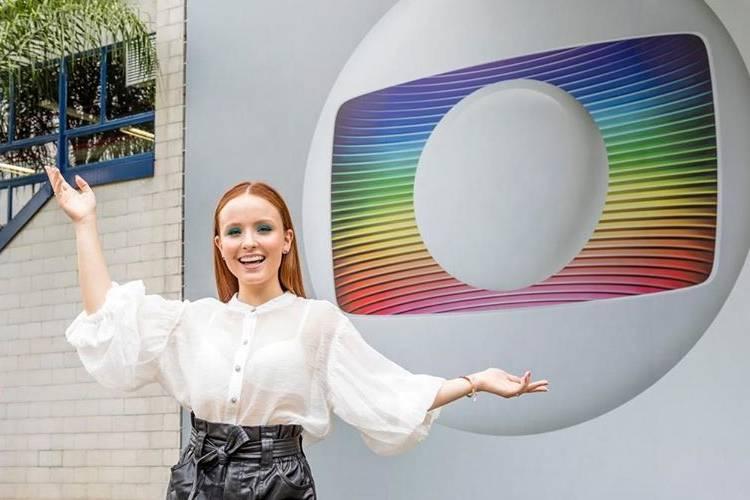 """A gente vai se ver na Globo"", diz Larissa Manoela ao posar na frente da emissora"