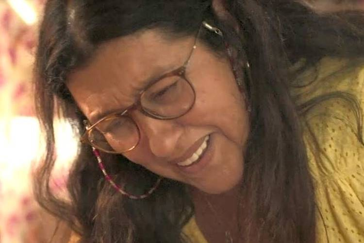 Amor de Mãe: Lurdes se desespera ao ver a mãe morta