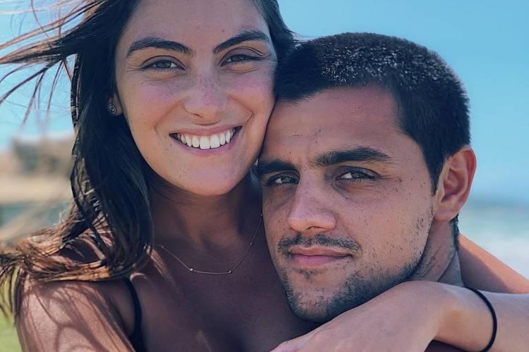 Mariana Ulhmann e Felipe Simas estão em clima de celebração e comemoram mais um ano de união