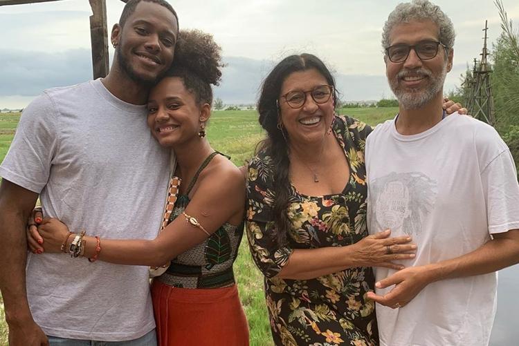 Regina Casé e Jéssica Ellen gravam em Arraial do Cabo e recebem visitas especiais