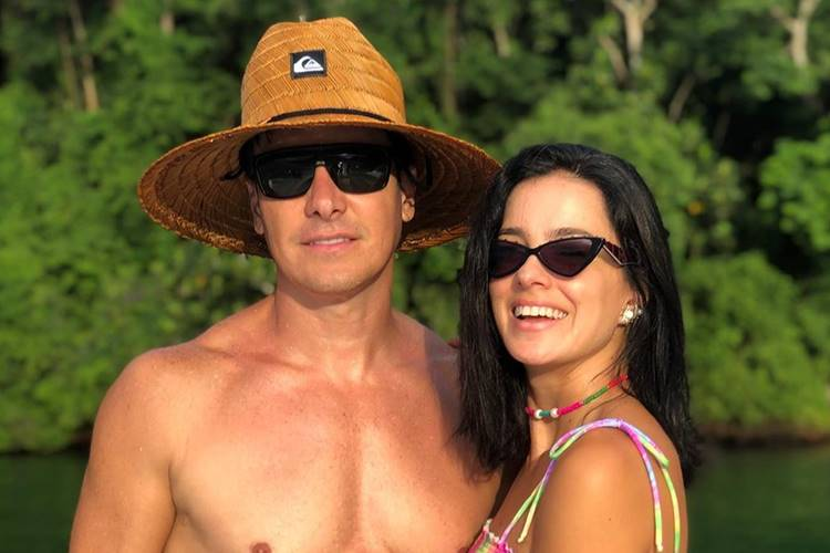 Rodrigo Faro surge em click ao lado da esposa