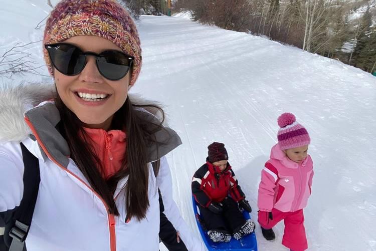 Thais Fersoza mostra os filhos pela primeira vez na neve