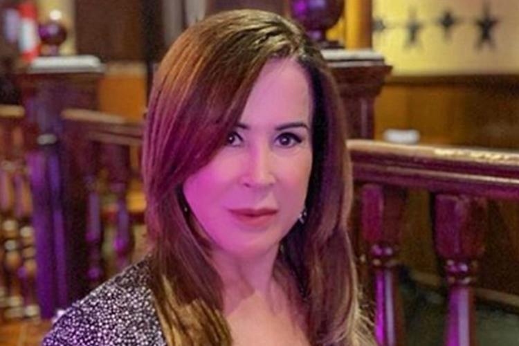 De biquíni na piscina, Zilu Camargo lamenta e promove despedida