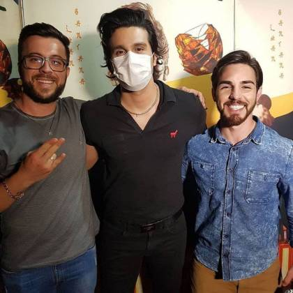 Luan Santana usa máscara para receber fãs no camarim