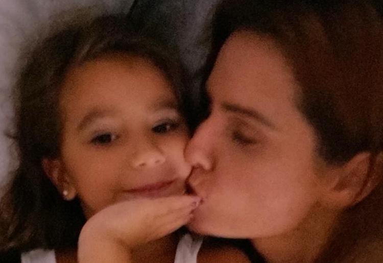 Maria Flor, filha de Deborah Secco, manda recado para os seguidores da mãe