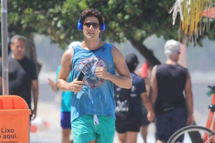 Longe do isolamento, Reynaldo Gianecchini corre em Ipanema