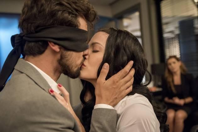 Salve se Quem Puder - Rafael e kyra se beijam (Globo/Camilla Maia)