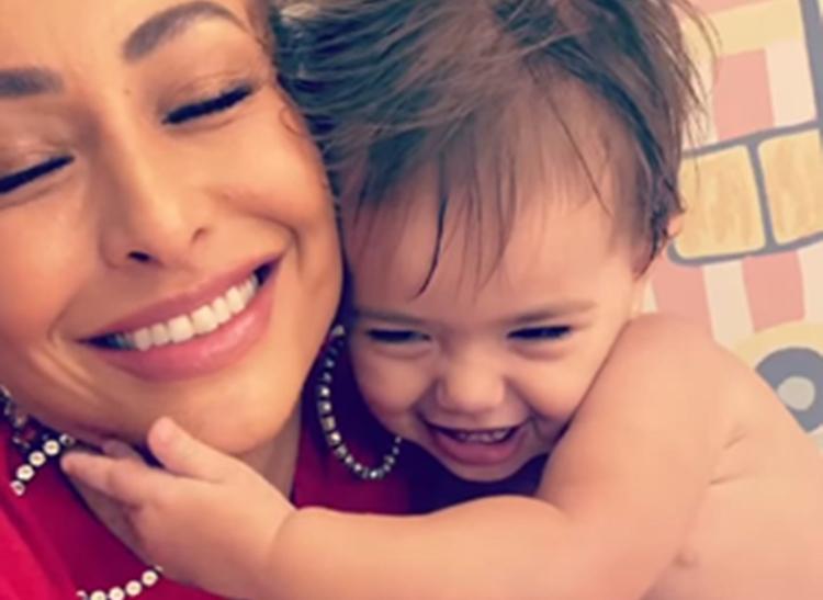 Zoe, filha de Sabrina Sato, dá mais um show de fofura em vídeo nas redes sociais