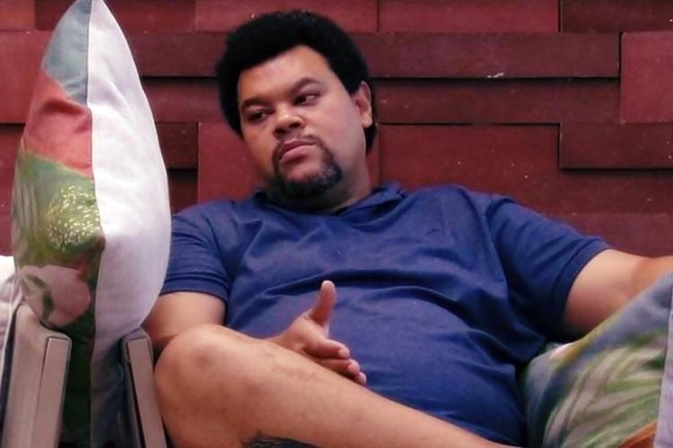 """BBB20: Babu Santana conversa com almofada 'Wilson' – """"Se eu sair, você foi o meu parceirão."""""""