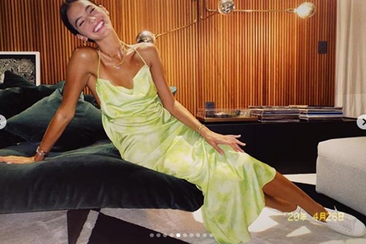Bruna Marquezine surge exibindo o look escolhido para curtir a final do BBB20