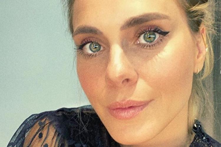 """Carolina Dieckmann assume afazeres domésticos e desabafa: """"Eu era feliz e não sabia"""""""