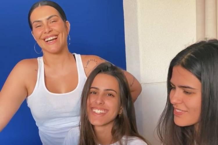 """Cleo surge cantando com as irmãs e brinca sobre banda: """"Quarenteners"""""""