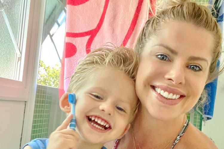 Karina Bacchi posa ao lado do filho e faz desabafo sobre rotina com a família