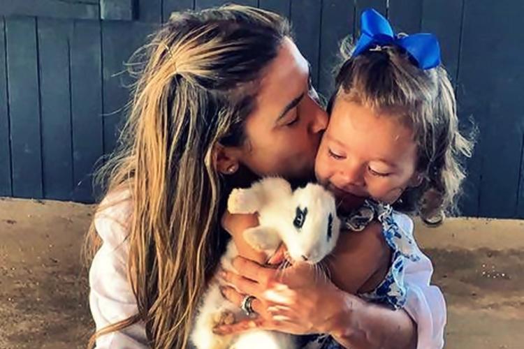 Filha de Patrícia Abravanel mostra como adora tirar fotos da família