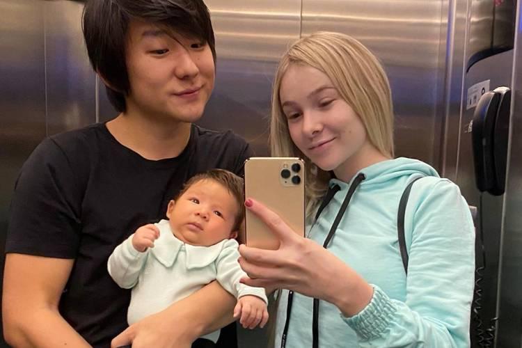 """Sammy, esposa de Pyong Lee, fala sobre a amamentação: """"Universo desafiador"""""""