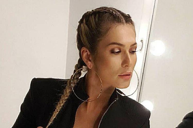 Lívia Andrade abusa da abertura, quase mostra demais e deixa dúvida nos fãs