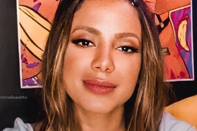 """Anitta comenta sobre a vida amorosa: """"Todo mês uma pessoa diferente"""""""