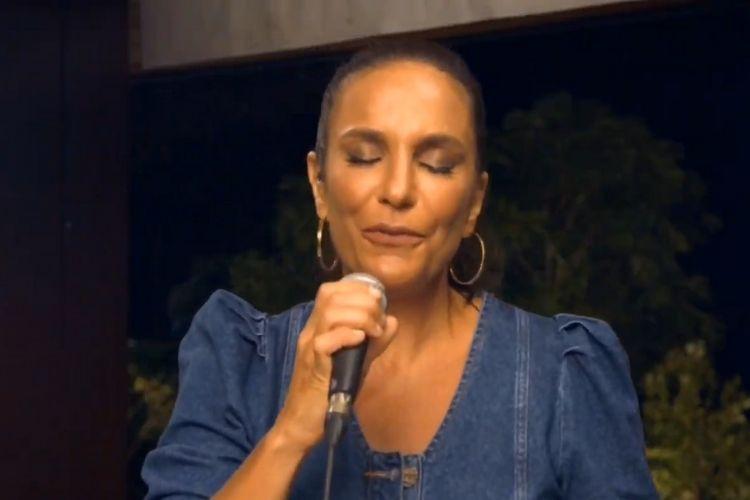 """Em live, Ivete Sangalo relembra mortes e emociona com lamentação: """"Sinto muita falta"""""""