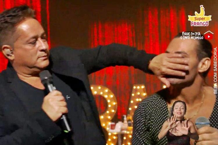 Após palavrão em live, Eduardo Costa provoca gesto obsceno em libras