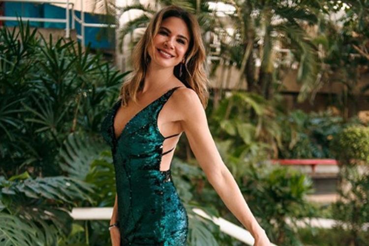 Luciana Gimenez surge sensualizando para espantar o frio