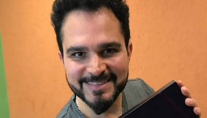 Luciano Camargo limpa fogão - Foto: Divulgação
