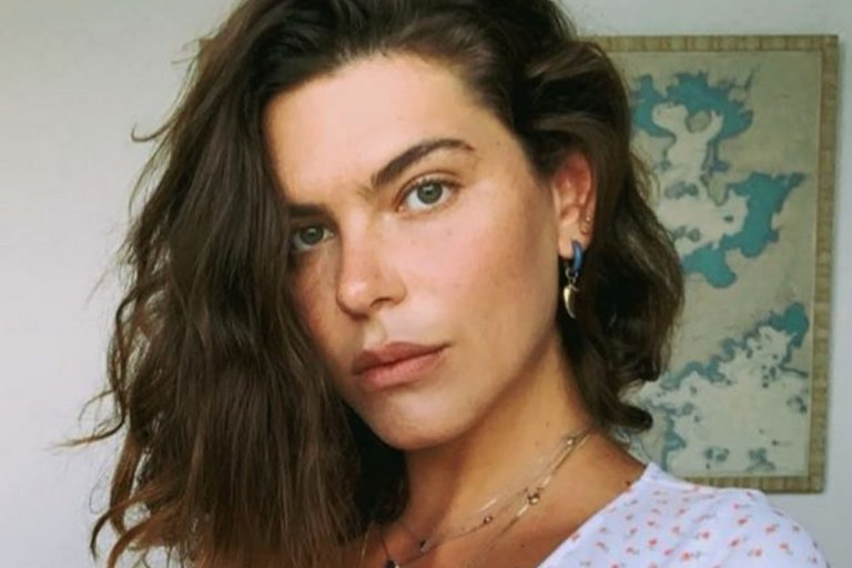 """Mariana Goldfarb, esposa de Cauã Reymond, surge em pose ousada e ostenta corpo sarado: """"Humilha mesmo"""""""