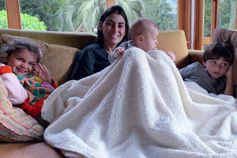 Esposa de Felipe Simas posa com os filhos e reflete sobre quarentena
