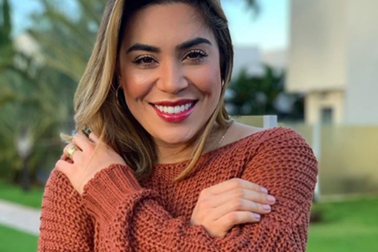 Sertaneja Naiara Azevedo surpreende fãs ao surgir em trajes íntimos