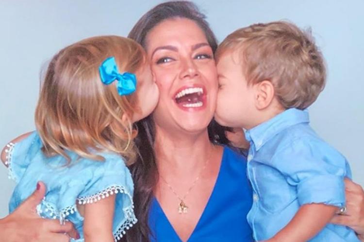 """Thaís Fersoza comemora o """"Dia do Abraço"""" com os filhos"""