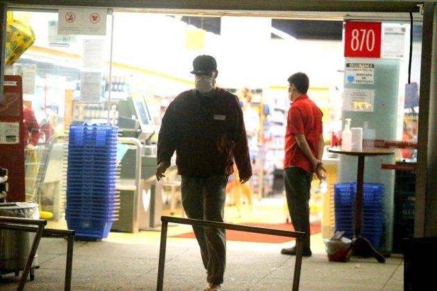 Fonte: AgNews - Gabriel Pensador com sua namorada Nova no Mercado Zona sul, em Sao conrado .EXCLUSIVO, fotógrafo FOTOS FABIO MARTINS